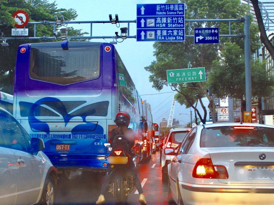 重機上路,路權視同小型汽車。 記者郭政芬/攝影