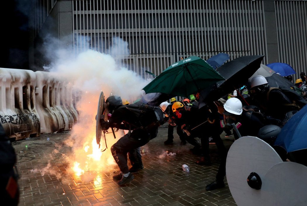 近年香港局勢讓中共驚覺香港歷史教育的失敗。圖為香港反送中示威行動。(路透)