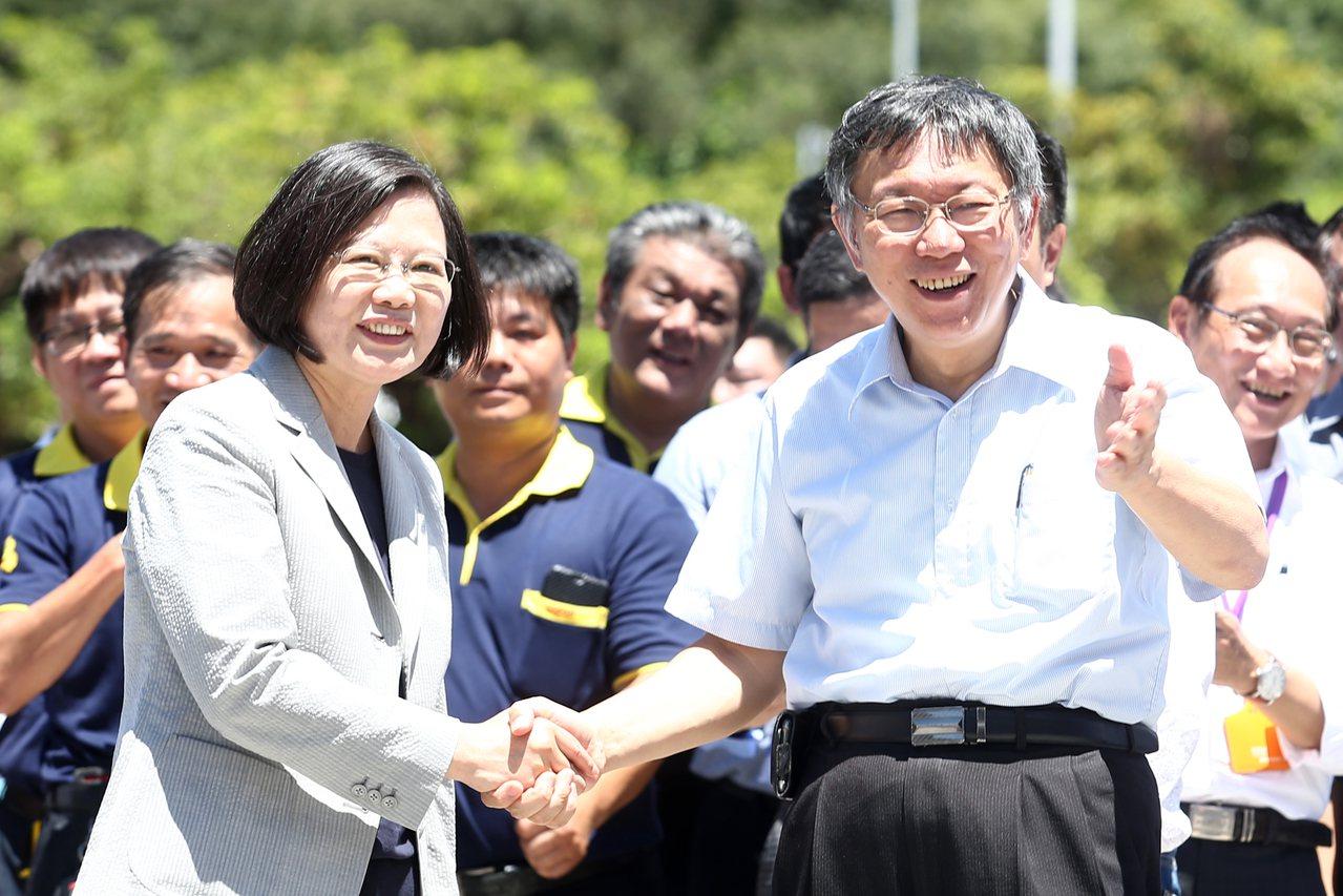 蔡英文總統(左)上午與台北市長柯文哲(右)同框,蔡總統下車時,兩人有握手致意,但...