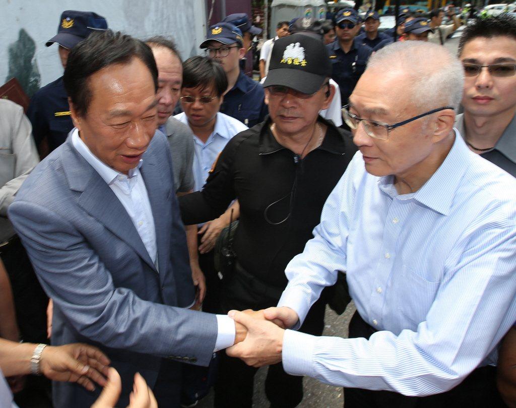 吳敦義(右)指出,假設郭台銘(左)獨立參選,當然會讓他離開,黨員本來就要接受黨紀...