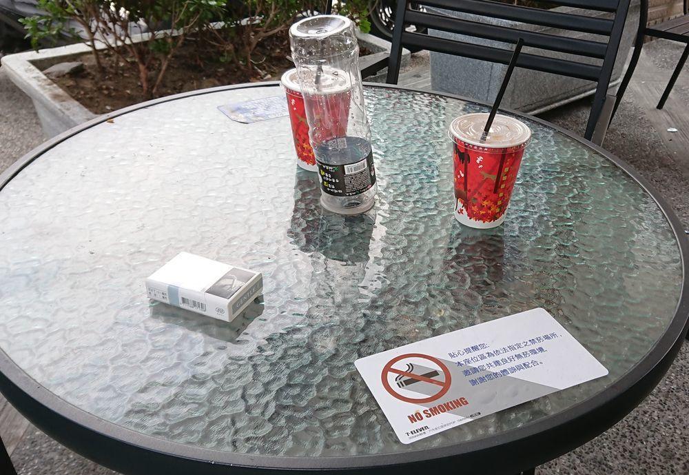 高雄市衛生局公告9月1日起多家連鎖超商、咖啡店及速食店騎樓禁菸,並於宣導期3個月...