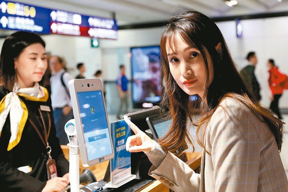 阿里巴巴及騰訊推出新一代刷臉支付技術。圖為支付寶「刷臉支付」 新華社
