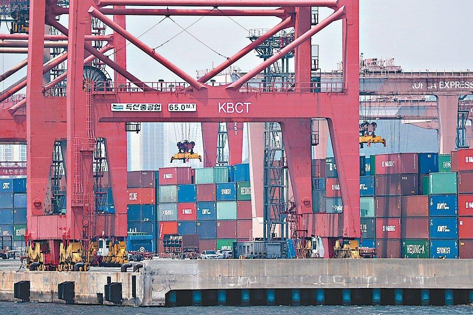 南韓8月出口額較一年前下滑13.6%,為連續第九個月走下坡。 歐新社