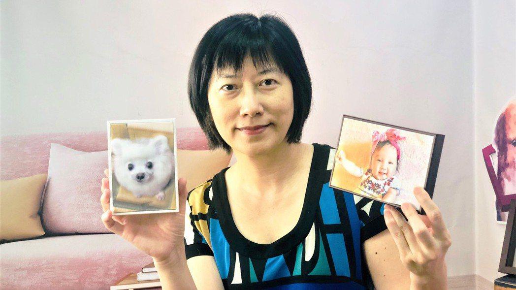 全友電腦營運中心副總經理謝靜慧,展示旗下「印樂小窩」新品牌,將相片轉為2.5D立...