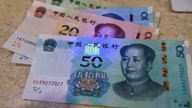 8月30日,2019年版第五套人民幣在紫光燈照射下顯現出的部分防偽標識。中新社