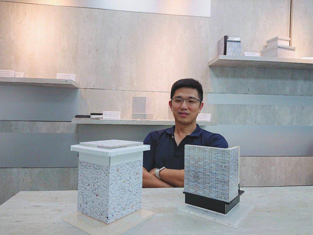 瑞克大衛總經理黃春暉展示鋁合金勾縫踢腳板與鋁合金倒掛式導水板之應用模型。莊智強/...