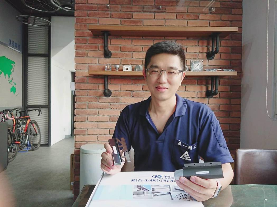 瑞克大衛總經理黃春暉展示該公司7年前所研製的國內首款預埋式導水板。莊智強/攝影