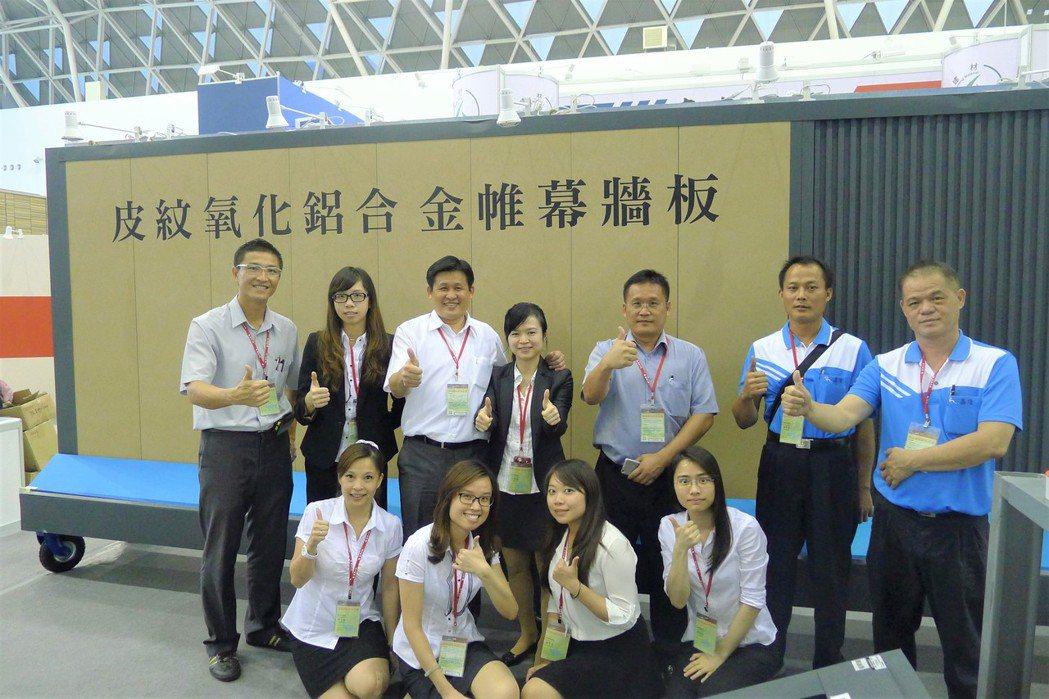 祥鑫鋼鐵總經理林坤樂(左3)與副總經理林青樺(右3)兩兄弟,每年皆帶領團隊以10...