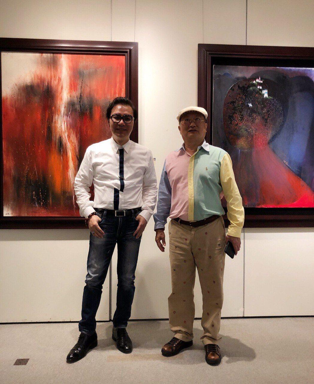 陳歡(左)與作品「夜的哲思系列」及五月畫會理事長吳柳(右)。長流美術館/提供