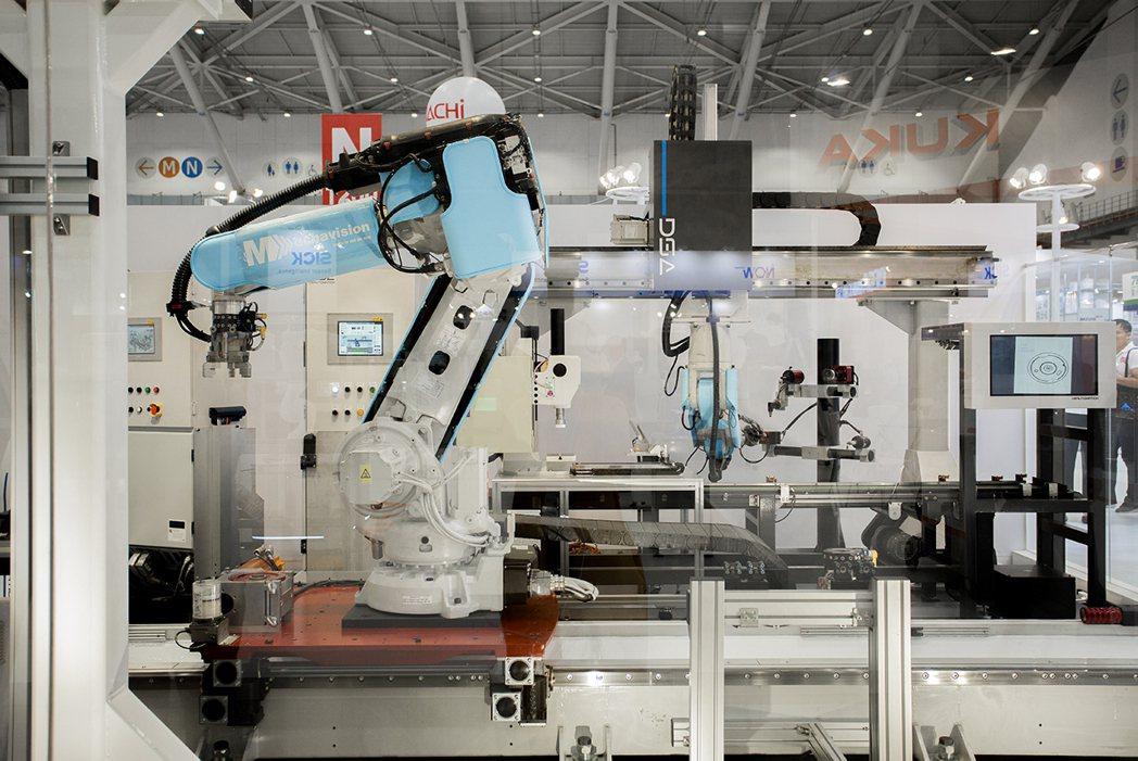 原見精機安全皮膚導入達詳自動化先進製程中,圖為安全皮膚整合在45kg機械手臂上,...
