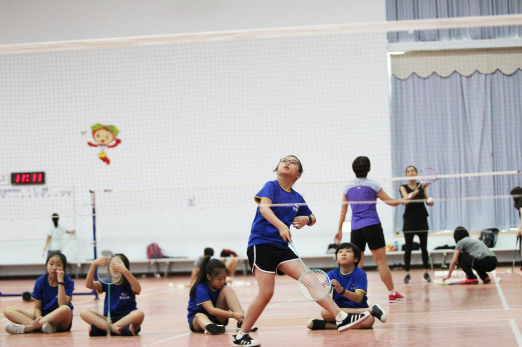 全球人壽同仁親子夏令營安排許多的體能課程,啟發孩童團隊合作與運動家的精神。 全球...