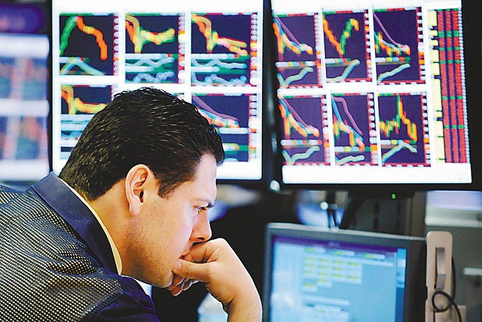 挑選基金的時候,也應將市場出現波動的因素納入考量,適度調整股債比重。 圖/美聯社