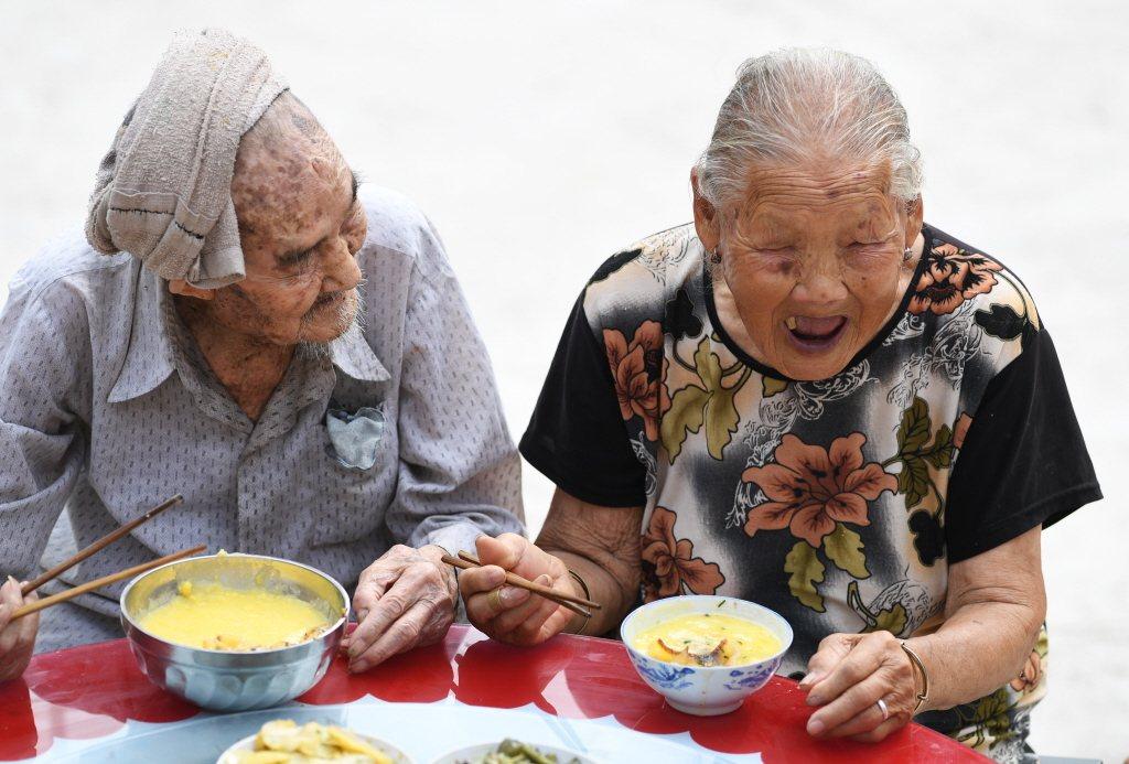 退休規畫應正視長壽風險,及早在存款與政府保障之外建立穩健投資步伐,幫助自己面對長...