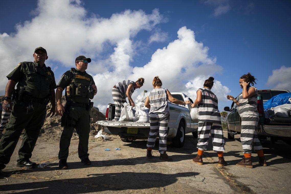 美國佛州,女受刑人出來填沙包。除了直遇颶風的巴哈馬群島以外,暴風圈以西300公里...