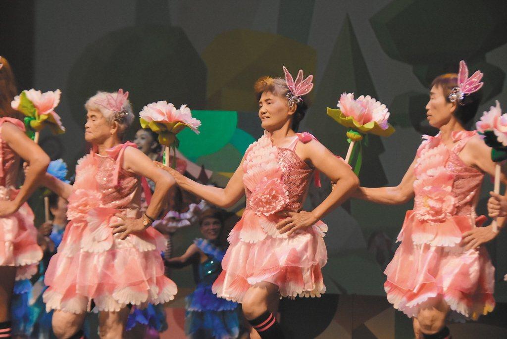 音樂劇-小紅帽的百歲趴邀請導演李明澤負責編導,及專業舞蹈老師指導彰化縣6個社區據...