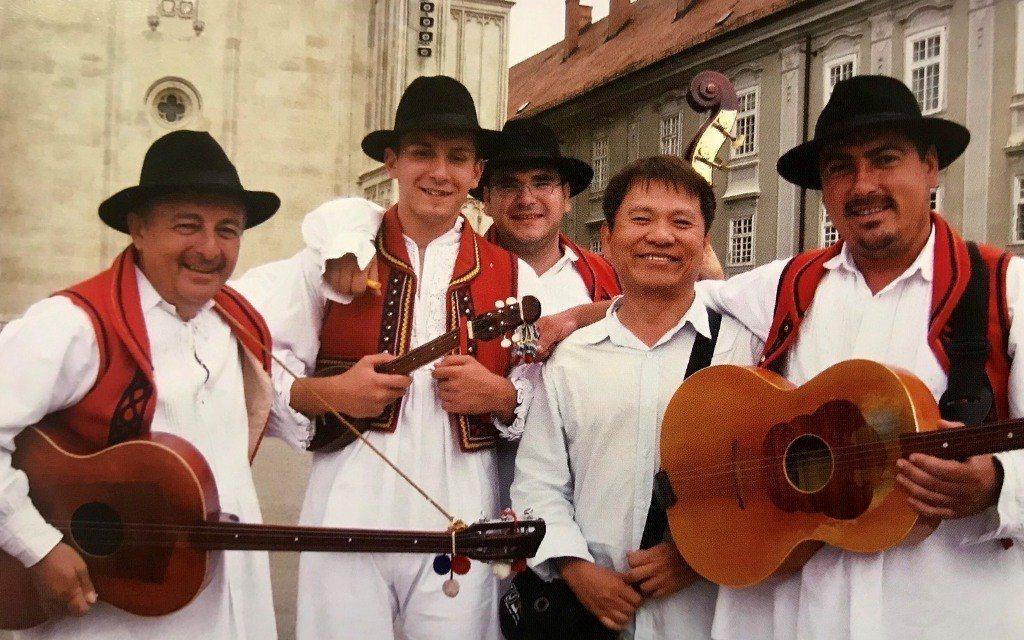 戴勝益到巴爾半島旅遊時和當地小型樂團合照。  圖/戴勝益提供