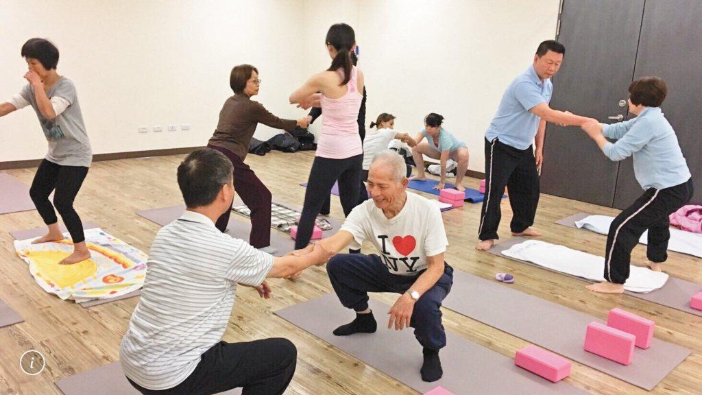 健身中心針對銀髮族設計課程,吸引退休族群揪團練身體。 圖/台中運動局提供