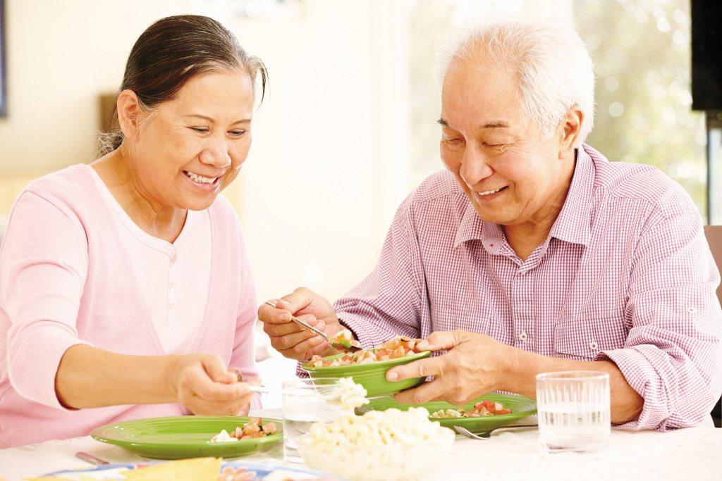 65歲以上的成年人每公斤體重需要1至1.2克蛋白質來支持肌肉健康。 圖/123R...