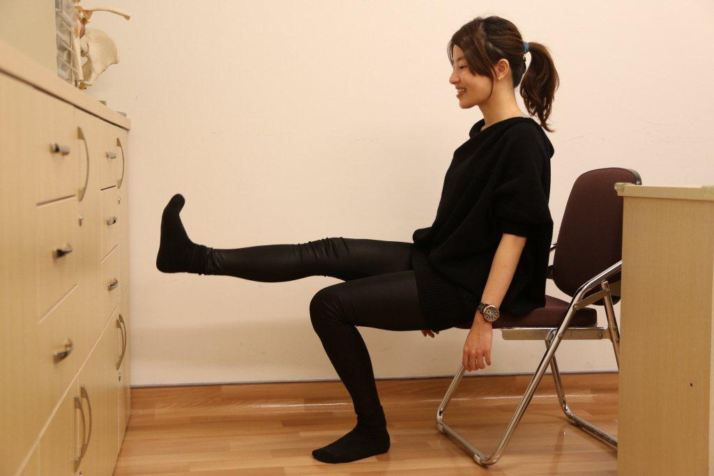 加強股四頭肌能有效減輕膝蓋的負擔,建議肌肉力量不夠、發炎嚴重的退化性關節晚期患者...