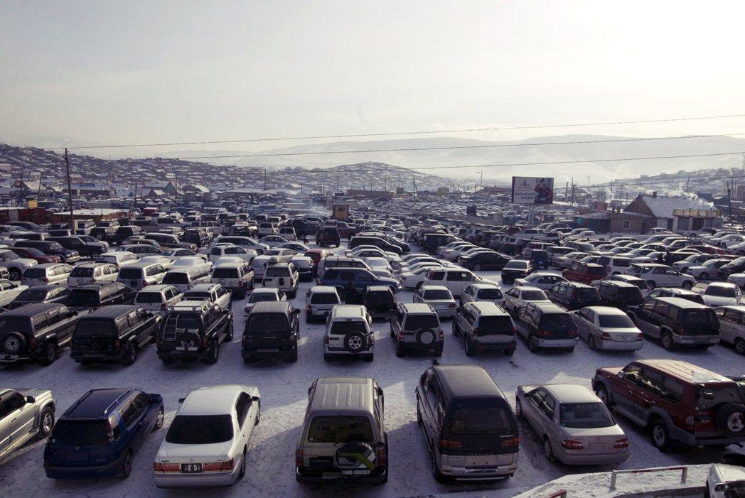 這些日本中古車,最受歡迎的還是SUV車輛與油電混合車兩種。SUV得以應付草原上的...