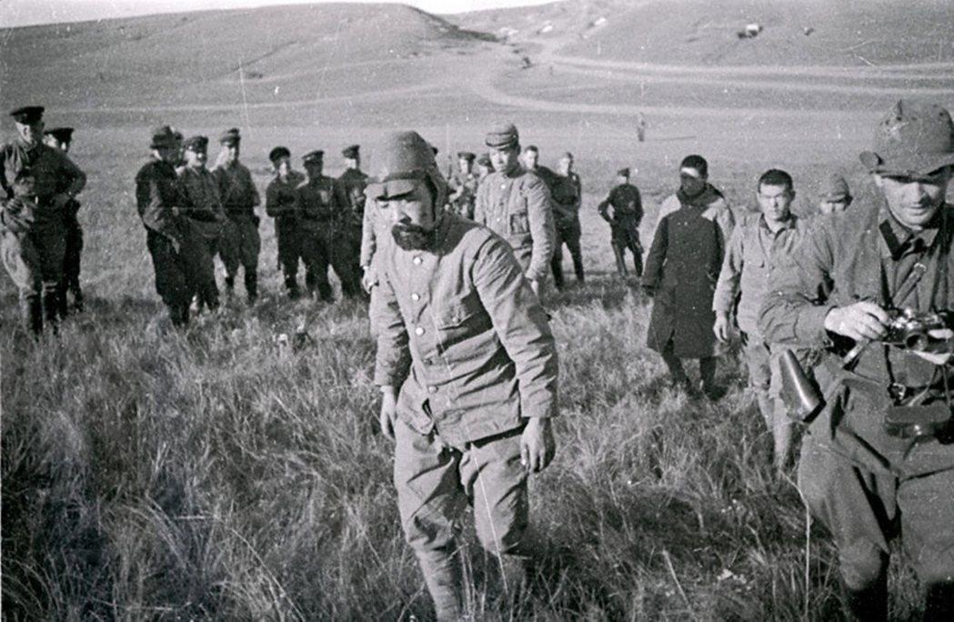 1945年二戰結束,關東軍向蘇軍投降後,官兵遭蘇聯押往西伯利亞強迫勞動,其中也有...
