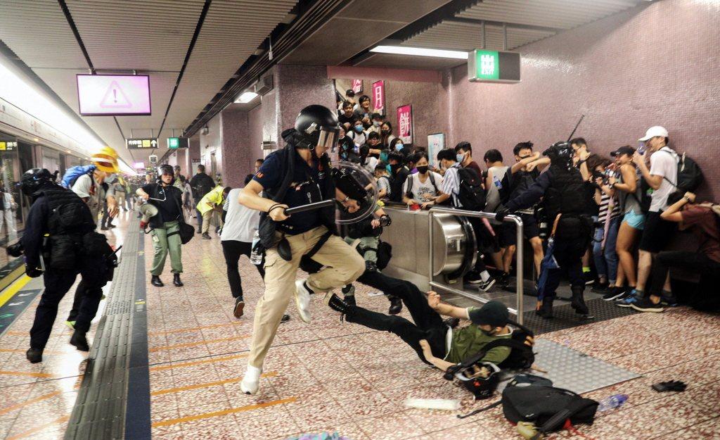 港警衝進太子站內後,對疑似示威者使用武力壓制。 圖/美聯社