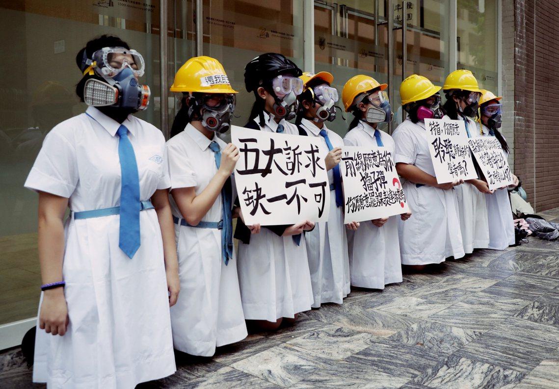 「特首,你願意聆聽師妹的聲音嗎?」9月2日,是香港的開學日。為了聲援反送中運動,...