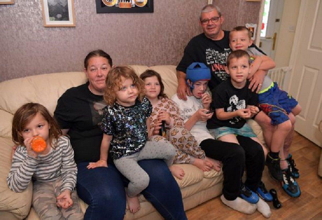 英國一名40歲的母親育有11名小孩,全家都靠福利金度日,引來外界諸多批評聲浪,但...