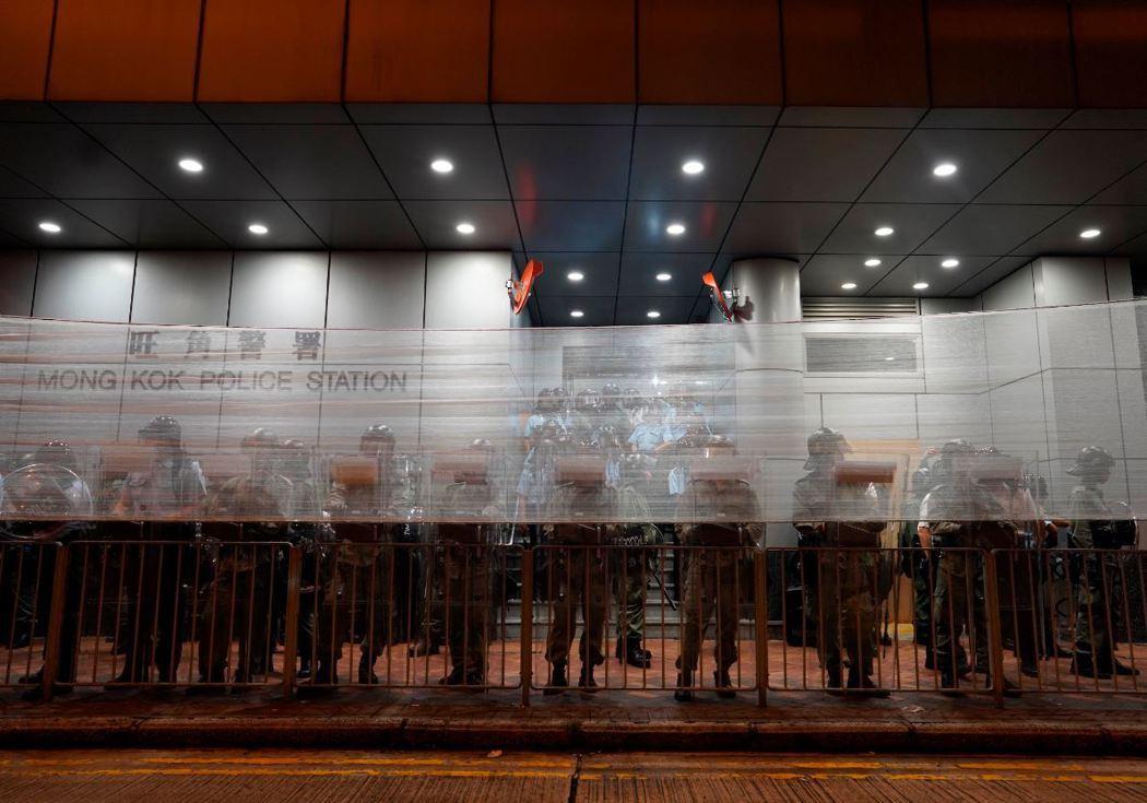 831太子站事件後,港警在旺角警署搭起防線。 圖/美聯社