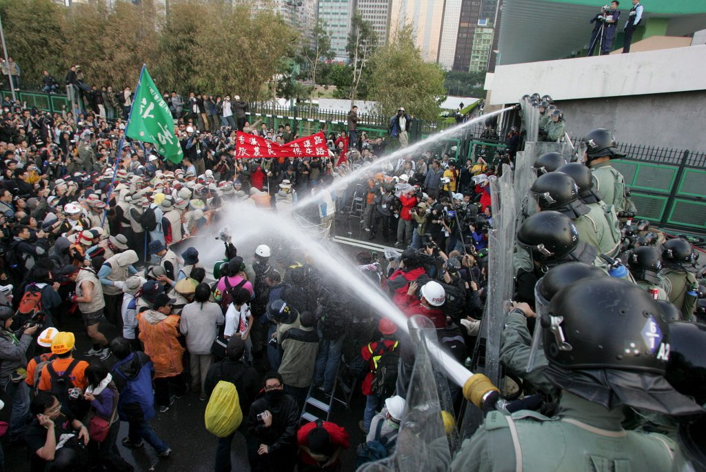 2005年WTO抗議,香港警察驅逐示威人士,當時滿意度高達80%。 圖/歐新社