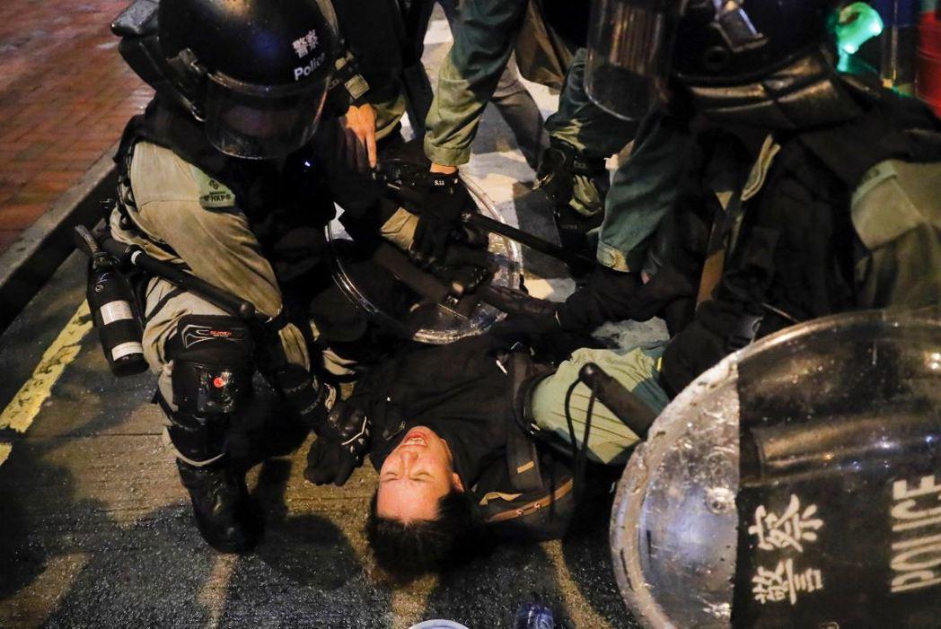 港民看到警隊兇悍,不如說是表達了中國中央跟林鄭月娥「就是要那麼兇」的態度。 圖/...