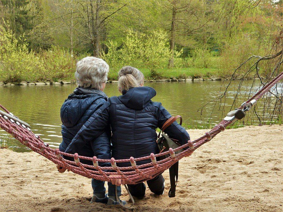 合住是為了彼此陪伴,並不是成為彼此的看護人。 圖/Pixabay