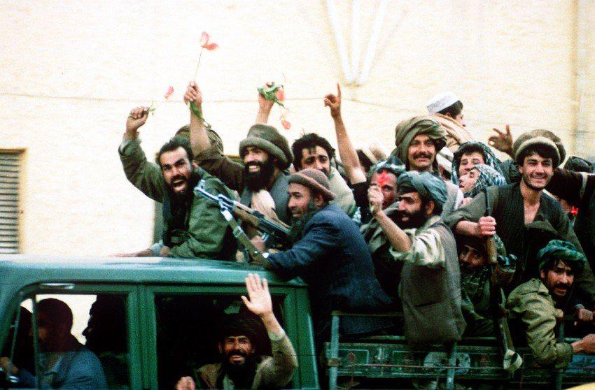 當年抗蘇的伊斯蘭聖戰團體漸漸迫近首都時,本來親政府的大軍閥杜斯塔姆將軍(Abdu...