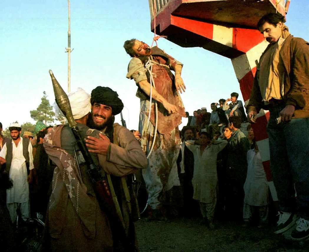1996年9月,納吉布拉(最右)與他的親兄弟(中),遭攻入喀布爾的塔利班士兵殺害...