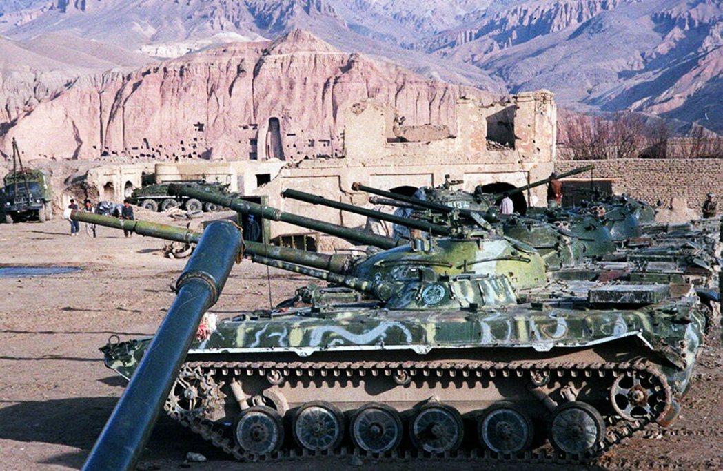 4年內戰,懂得攏略民心的塔利班在鷸蚌相爭下,成了漁翁。但其後政府軍與其他軍閥力量...