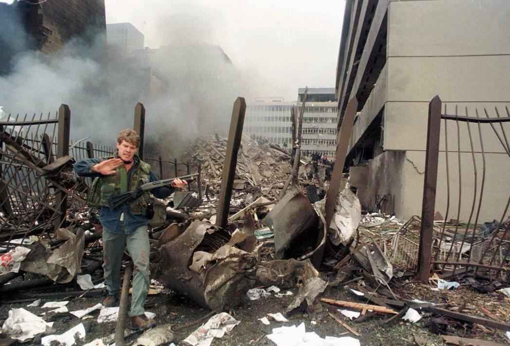 1998年8月,美國駐肯亞和坦尚尼亞大使館遭受蓋達策動的自殺式炸彈襲擊,事後美國...