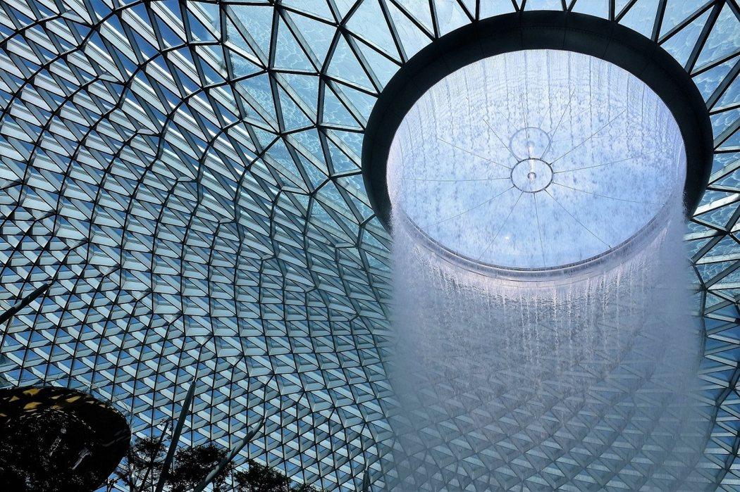 「星耀樟宜」Jewel Changi 居中以一座世界最高的室內瀑布「滙豐銀行雨漩渦」HSBC Rain Vortex 為視覺的主要焦點。