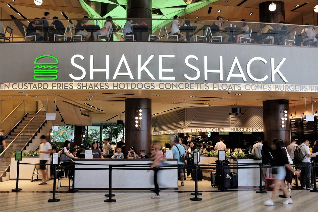 「星耀樟宜」Jewel Changi內部有國際級的餐飲入駐,美國紐約出名的漢堡店Shake Shack在此有佔地廣大的分店,並且推出非常具有在地特色的人氣商品「班蘭葉奶昔」。