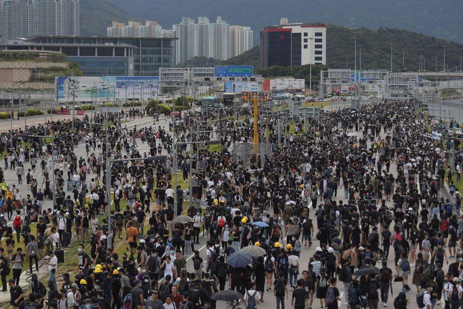 香港抗議民眾昨天聚集在機場外圍,試圖癱瘓出入境交通。美聯社