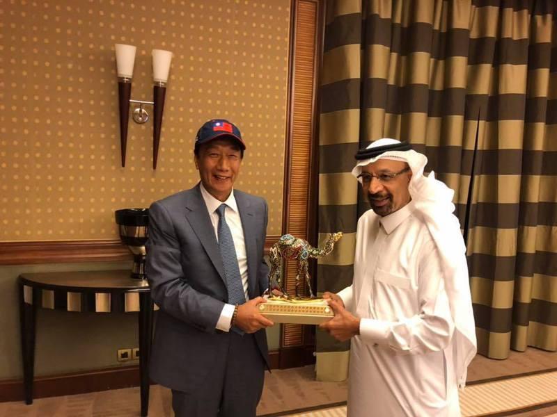 鴻海創辦人郭台銘(左)日前至沙烏地阿拉參訪,由沙國的能源/工業/礦產部長、沙烏地阿拉伯石油公司主席法利赫陪同。圖/取自郭台銘臉書