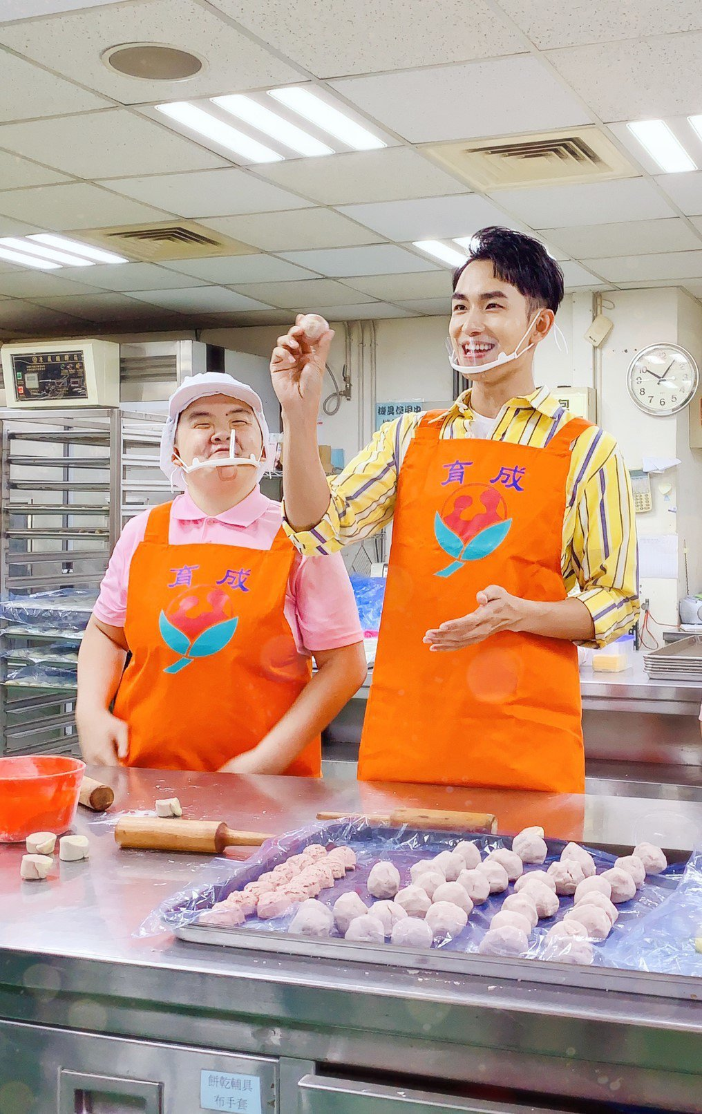 陳謙文(右)學做月餅。圖/星火映畫提供