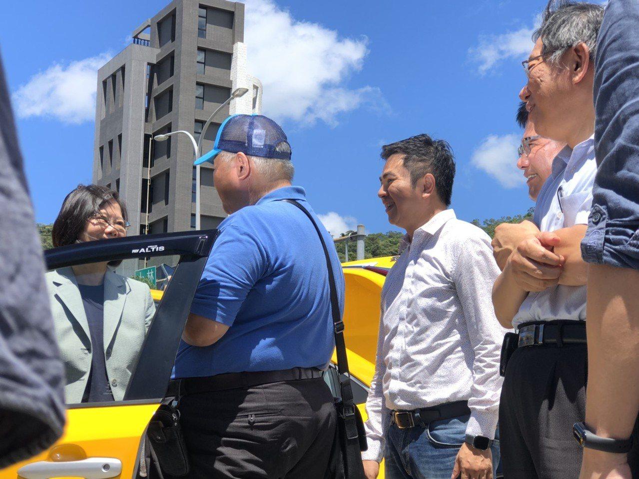 總統蔡英文、台北市長柯文哲和交通部長林佳龍,一同出席今天上午由中華民國汽車運輸駕...