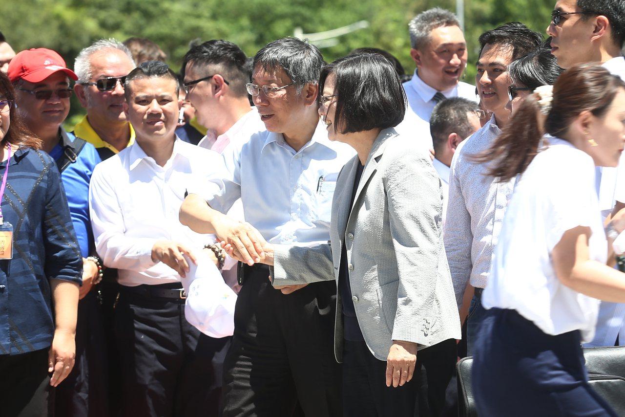 蔡英文總統(右前)上午與台北市長柯文哲(左前)同框出席全國計程車產業提升服務 2...
