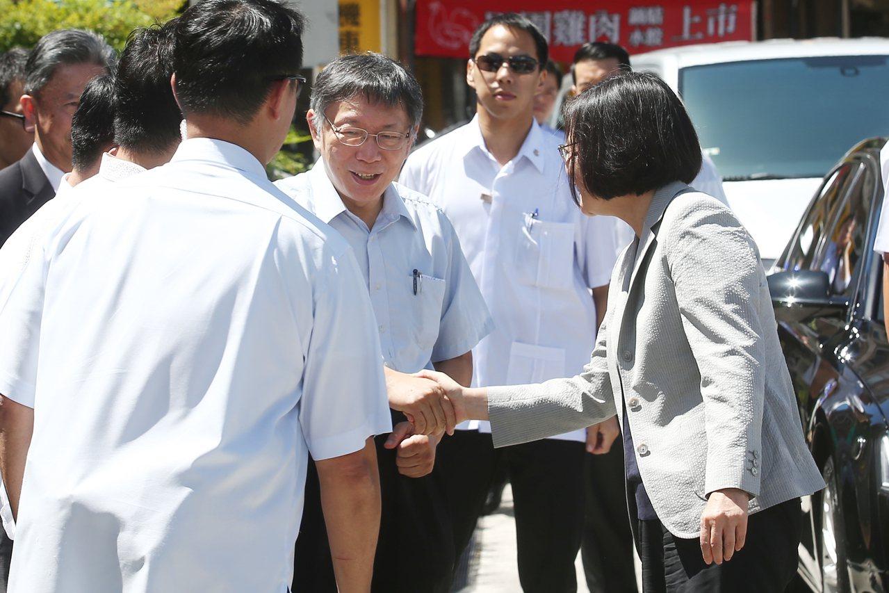蔡英文總統(右一)上午與台北市長柯文哲(右三)同框出席活動,蔡總統下車時,兩人有...