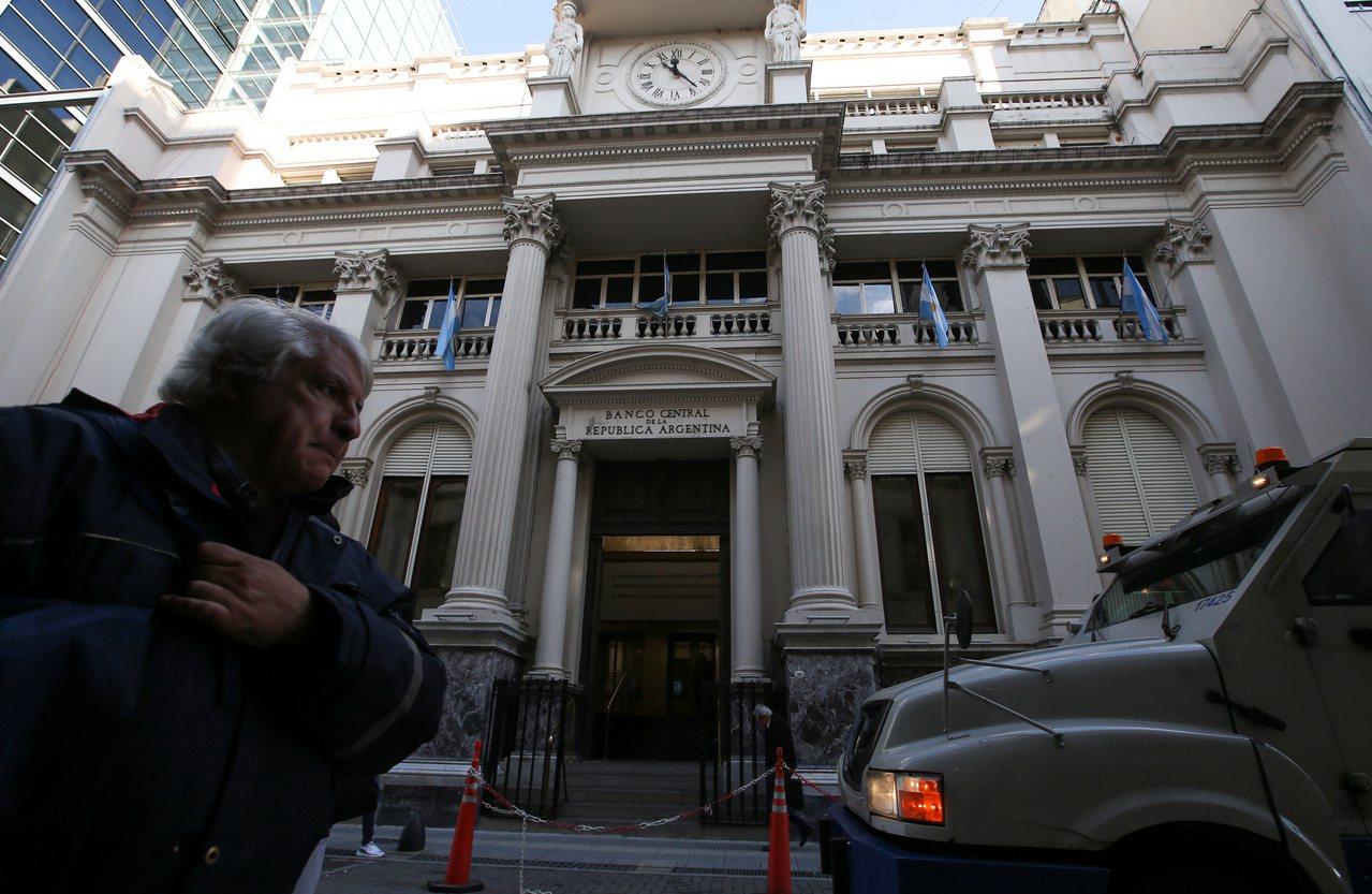 阿根廷2日起祭資本管制,防範美元迅速外流耗盡外匯儲備。圖為在布宜諾斯艾利斯的阿根...