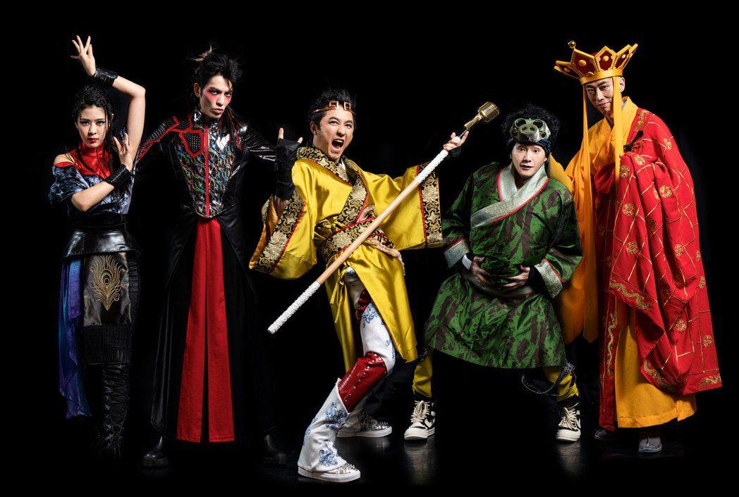 Erika(左起)、蕭敬騰、庾澄慶、姚小民、馬念先造型曝光。圖/耳東劇團提供