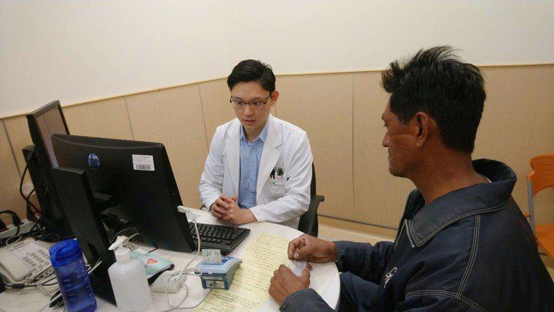 台南安南醫院消化科醫師吳奕霆。圖/安南醫院提供