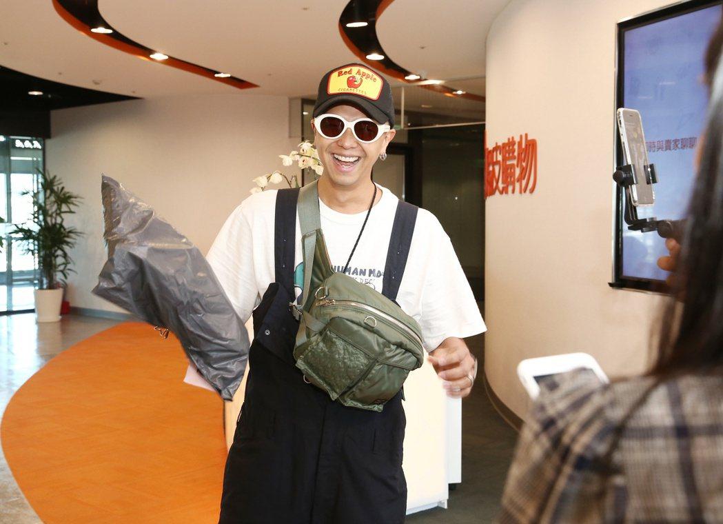 小鬼黃鴻升出席蝦皮超級購物節直播,戴起墨鏡拿包裹自嘲像快遞。記者曾原信/攝影