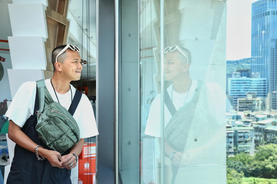 小鬼黃鴻升出席蝦皮超級購物節直播,大讚文創大樓窗外風景。記者曾原信/攝影
