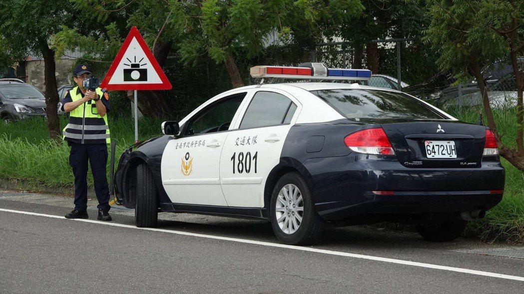 警方已在特定路段,採用新式移動式測速器加強取締超速汽機車。圖/善化警分局提供